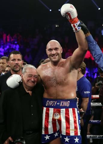 """Box-Superstar Tyson Fury lässt seinem deutschen Kontrahenten Tom Schwarz keine Chance und triumphiert bereits in der zweiten Runde nach technischem K.o. Doch der """"Gypsy King"""" liefert nicht nur im Ring eine Show ab. SPORT1 zeigt die Bilder des Kampfes"""