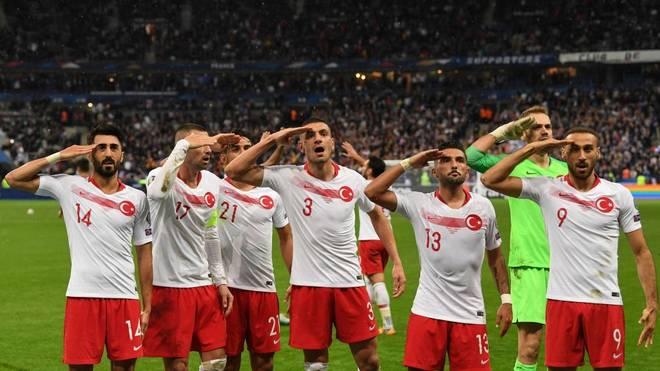Die türkischen Spieler jubeln mit dem Militärgruß