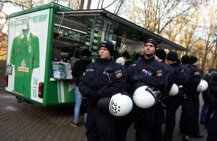 Vor der Partie des SV Werder Bremen gegen den VfL Wolfsburg herrscht in der Hansestadt Anspannung: Nach der Terrorwarnung in Bremensind die Sicherheitsvorkehrungen verschärft