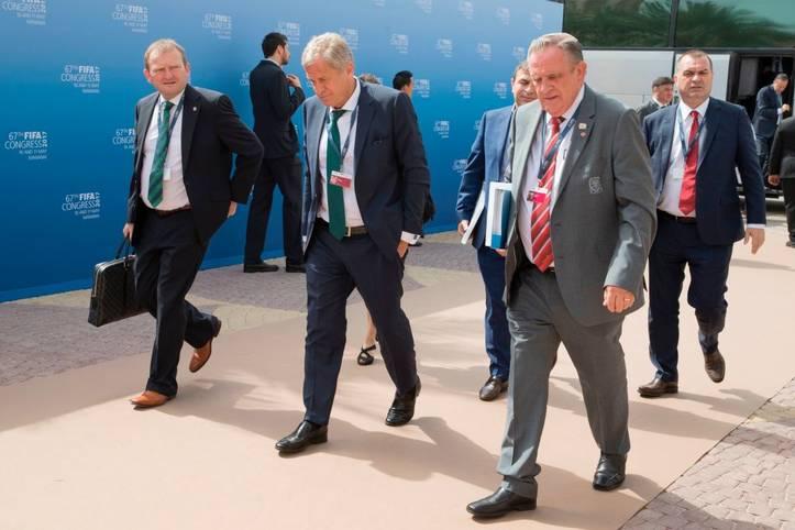 """""""Es ist an der Zeit, dass die Türkei eine Europameisterschaft austrägt"""", sagte der türkische Bewerbungschef Servet Yardımcı (M.) vor einer Woche. Er gehe davon aus, """"dass die UEFA für Wandel stimmt"""" und die EM 2024 an den Bosporus vergebe"""