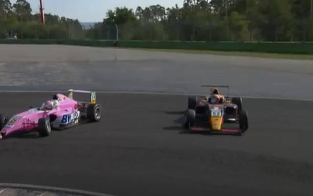 Nach dem Crash blieben beide Autos auf der Strecke liegen, Jak Crawford (r.) wirkte benommen