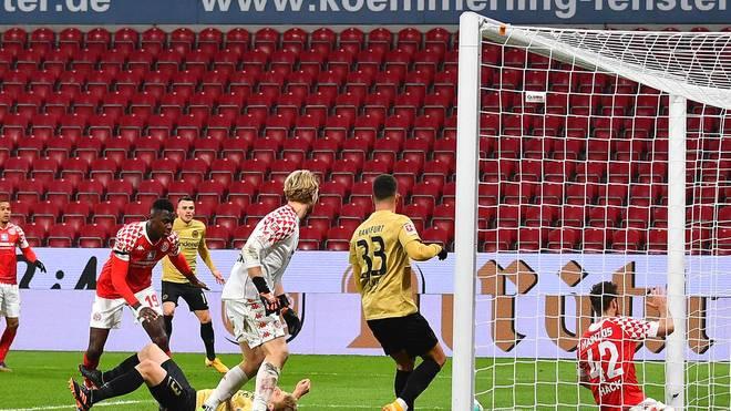 Mainz-Spieler Moussa Niakhate verschuldete beide Elfmeter - Silva verwandelte jeweils