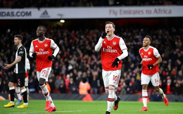 Mesut Özil (m.) und der FC Arsenal helfen in der Coronakrise