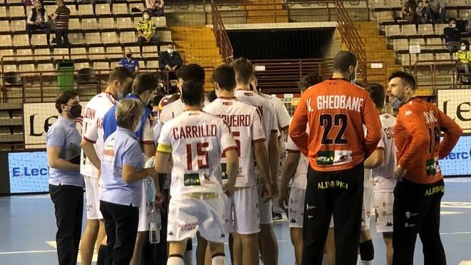Die Handballer von Ademar León mussten auch während des Spiels Masken tragen