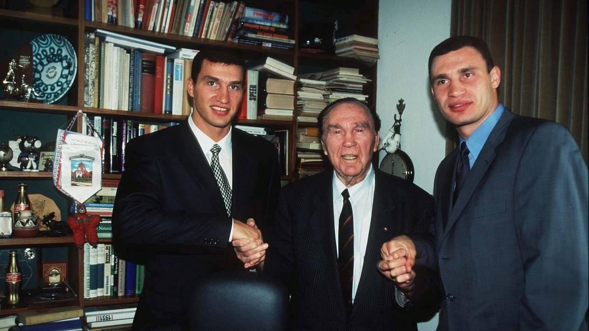 Max Schmeling empfing 1998 Wladimir (l.) und Vitali Klitschko