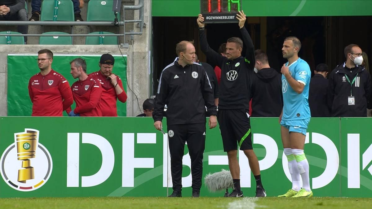 Der VfL Wolfsburg rettet sich in der 1. Runde des DFB-Pokals bei Preußen Münster erst in der Verlängerung. Dabei unterläuft Trainer Mark van Bommel aber ein dicker Fehler.