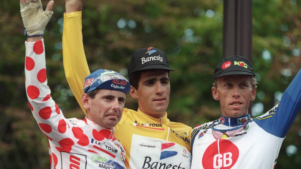 TDF 1993-PODIUM Fünf Mal in Folge stand Miguel Indurain (M.) in Paris ganz oben auf dem Treppchen. Hier feiert er seinen Triumph 1993 dem besten Bergfahrer Tony Rominger (l.) und Zenon Jaskula