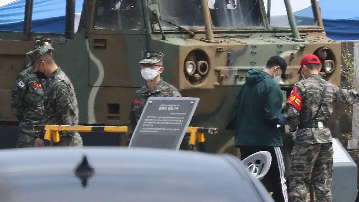 Heung-Min Son (2.v.r.) meldete sich in Südkorea zum Militärdienst