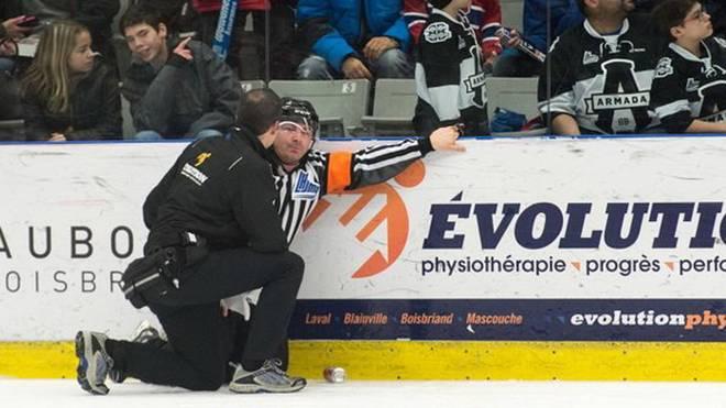 Der Schiedsrichter kurz nach der schmerzhaften Attacke