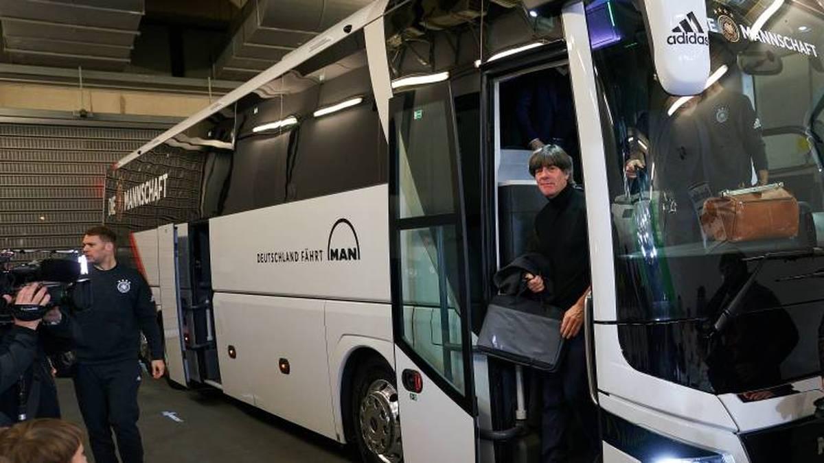 Bundestrainer Joachim Löw auf Reisen mit dem DFB-Tross (Archivfoto)