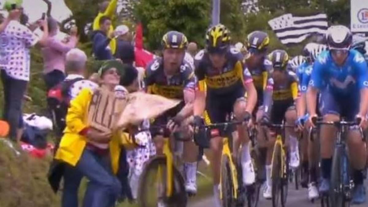 Hier löst die Zuschauerin den Massensturz auf der 1. Tour-Etappe aus