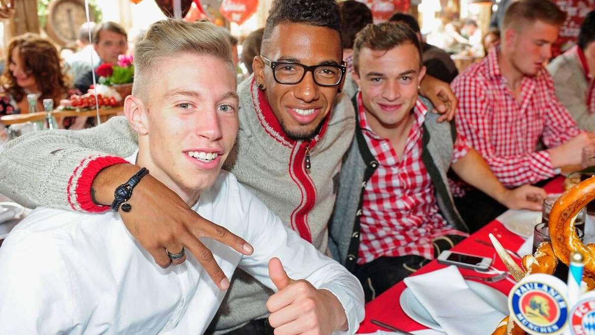 Mitchell Weiser (l.), Jerome Boateng und Xherdan Shaqiri 2013 beim Mannschaftsausflug des FC Bayern auf dem Oktoberfest
