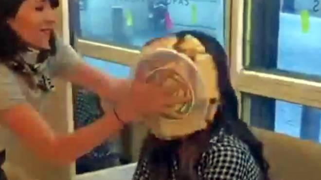 Iker Casillas' Freundin Sara Carbonero bekommt einen Kuchen ins Gesicht gedrückt