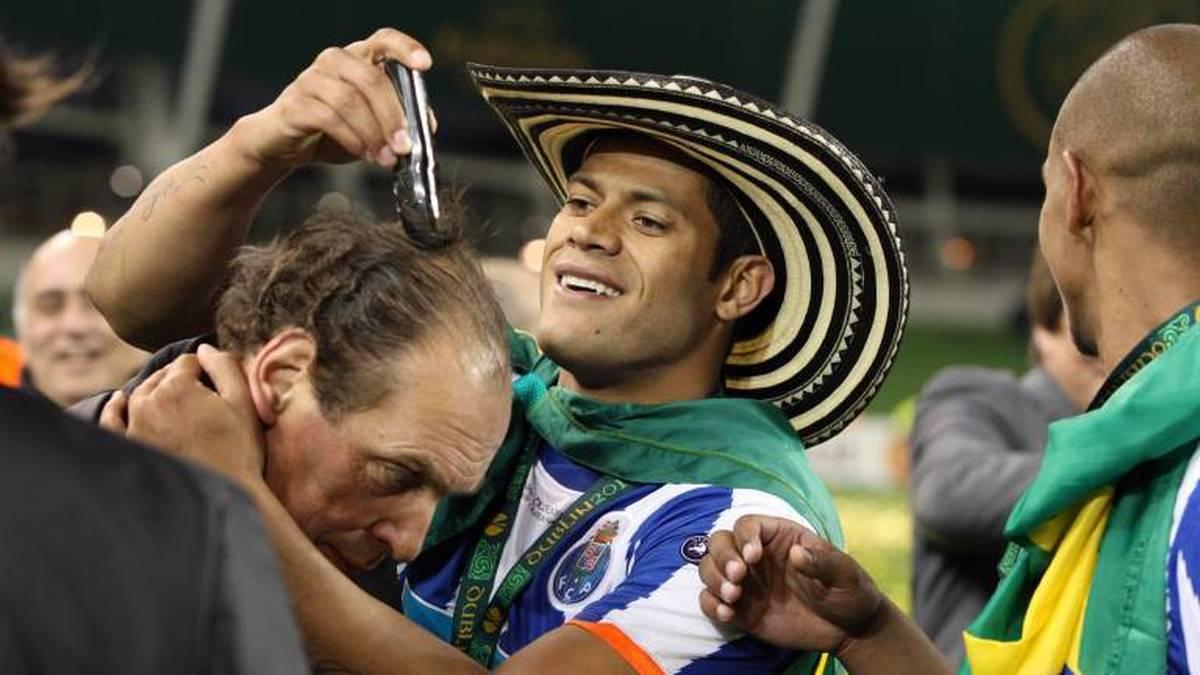 Hulk rasiert nach dem Sieg in der Europa League einem Betreuer den Kopf