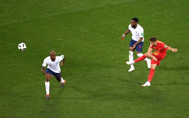 Adnan Januzaj (r.) lässt seine Gegenspieler stehen und schlenzt zum Führungstor für Belgien
