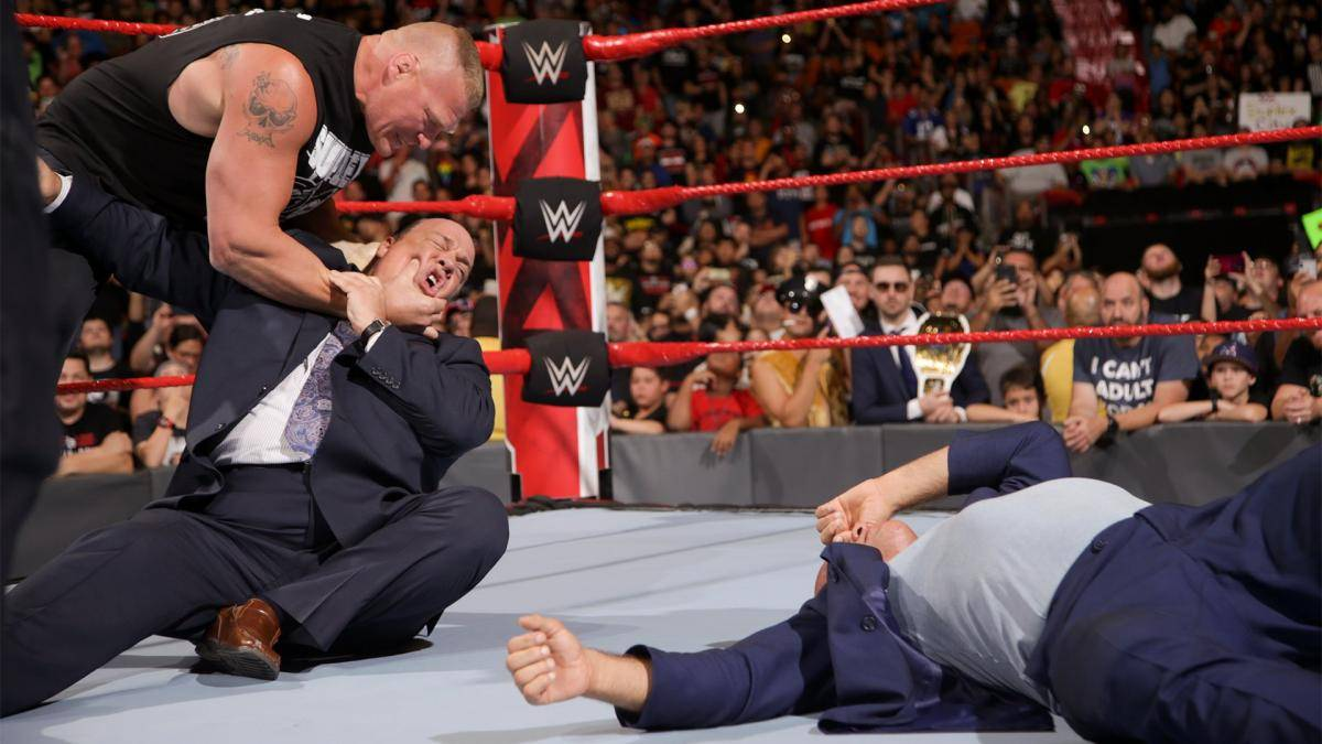 Brock Lesnar (l.) attackierte bei WWE Monday Night RAW Paul Heyman (M.) und Kurt Angle
