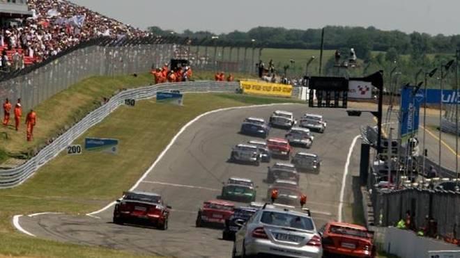 Die abschüssige Start-Ziel-Gerade in Brands Hatch fordert die DTM-Piloten
