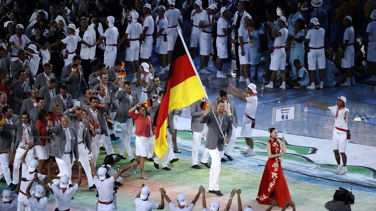 Dirk Nowitzki war die Freude als Fahnenträger deutlich anzusehen
