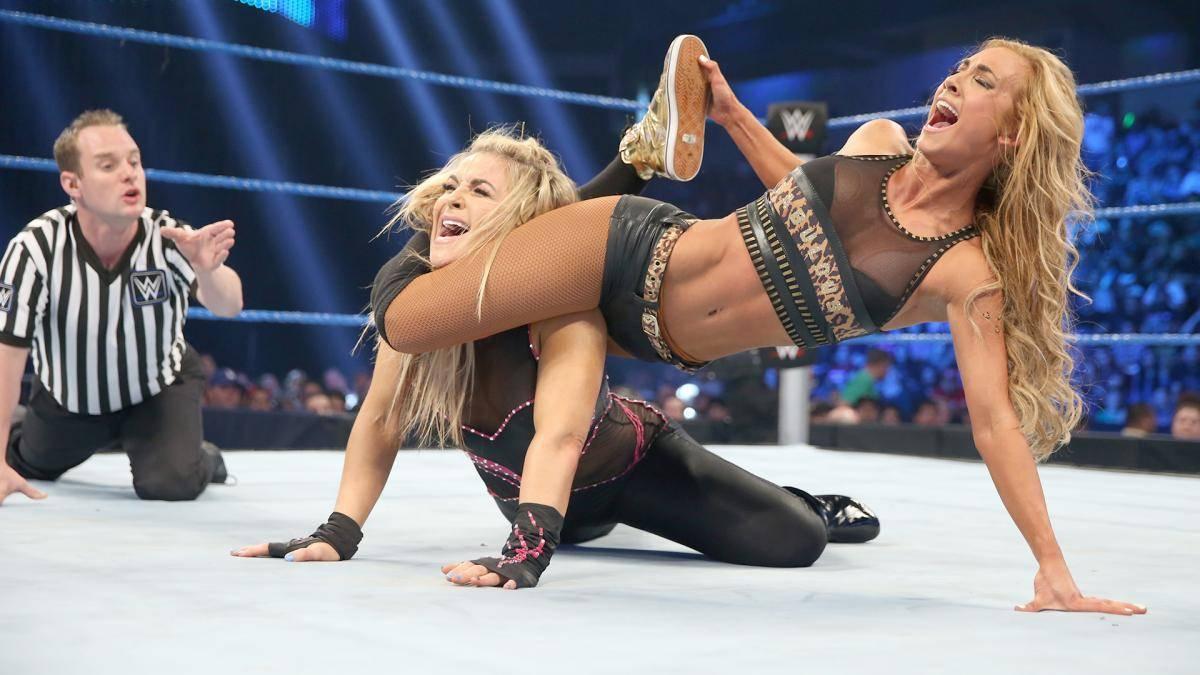 Carmella (r., im Duell mit Natalya) kämpft seit 2016 im WWE-Hauptkader