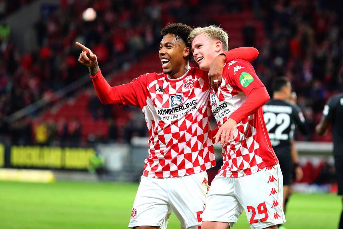 In der Bundesliga feiert der 1. FSV Mainz 05 nach zuletzt drei Niederlagen in Folge einen deutlichen Sieg. Der FC Augsburg spielt vor allem im ersten Durchgang desolat.