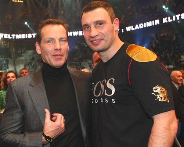 Er machte das Boxen in Deutschland populär, war Olympiasieger und Weltmeister. Inzwischen ist Henry Maske (l.) 50 Jahre alt. SPORT1 blickt angesichts des Geburtstags zurück auf seine Karriere mit vielen Höhepunkten und einer bitteren Niederlage