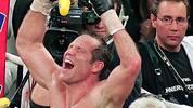 Nach seinem letzten Boxkampf 2007 lässt sich Maske in Siegerpose feiern. Schon in seiner Amateurkarriere hat er reichlich Grund zum Jubeln. Im Mittelgewicht und später im Halbschwergewicht ist Maske das Maß aller Dinge. Seine Bilanz: 163 Siege bei 18 Niederlagen. Neben je drei Titeln bei den Meisterschaften auf deutscher und europäischer Ebene krönt er sich auch einmal zum Weltmeister