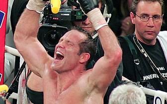 Nach seinem letzten Boxkampf 2007 lässt sich Maske in Siegerpose feiern. Schon in seiner Amateurkarriere hat er reichlich Grund zum Jubeln. Im Mittelgewicht und später im Halbschwergewicht ist Maske das Maß aller Dinge. Seine Bilanz: 163 Siege bei 18 Nied