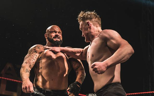 "Die wXw-Wrestler Ilja Dragunov (r.) und ""Bad Bones"" John Klinger in Aktion"
