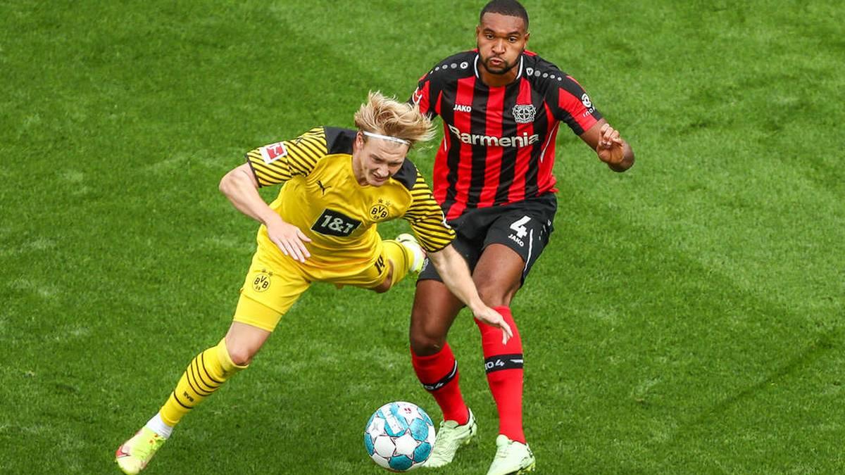 Jonathan Tah (Bayer 04 Leverkusen, 04) im Zweikampf gegen Julian Brandt (Borussia Dortmund BVB, 19)