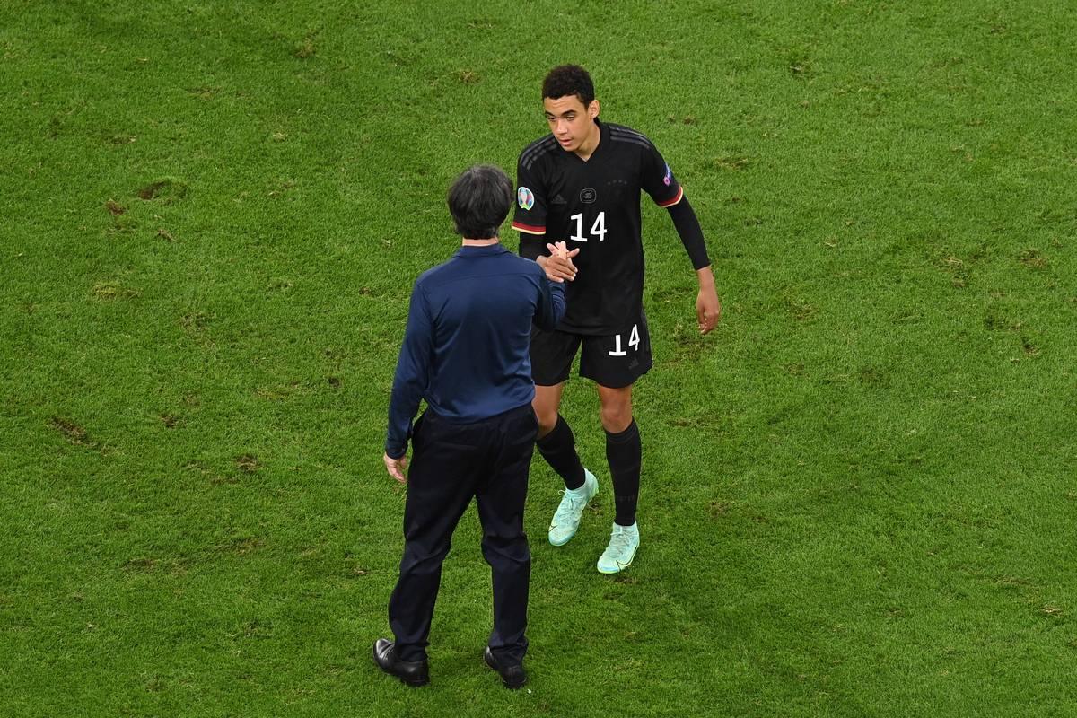 Ex-Bundestrainer Joachim Löw überzeugte Jamal Musiala zu Beginn des Jahres, für den DFB zu spielen. Der Coach zog dabei einen Vergleich zu Mesut Özil.