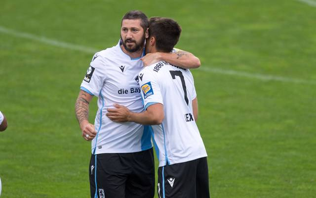 Sascha Mölders (l.) erzielte gegen Halle sein erstes Tor nach der Corona-Pause