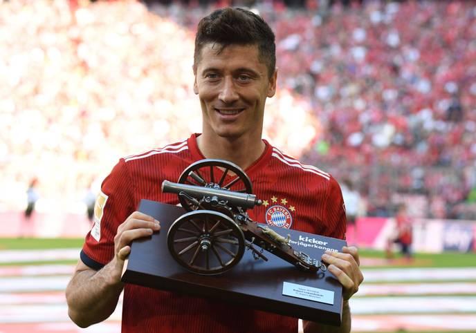 Robert Lewandowski von Meister Bayern München hat sich zum dritten Mal die Torjäger-Kanone der Bundesliga gesichert. Der 29 Jahre alte polnische Nationalspieler - dem bereits für den BVB in der Spielzeit 2013/14 sowie 2015/16 für Bayern München die meisten Tore gelungen waren...  - erzielte 29 Treffer und ließ damit Nils Petersen von SC Freiburg (15 Tore) hinter sich