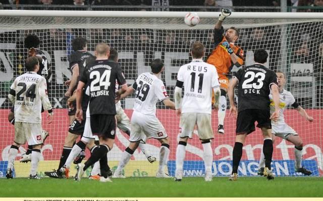 Logan Bailly (Borussia Mönchengladbach, 3, v.re.) faustet den Ball ins eigene Tor
