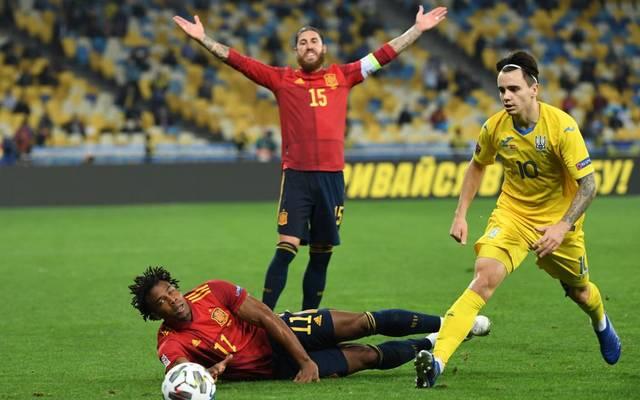Sergio Ramos (h.) muss mit Spanien die erste Niederlage hinnehmen