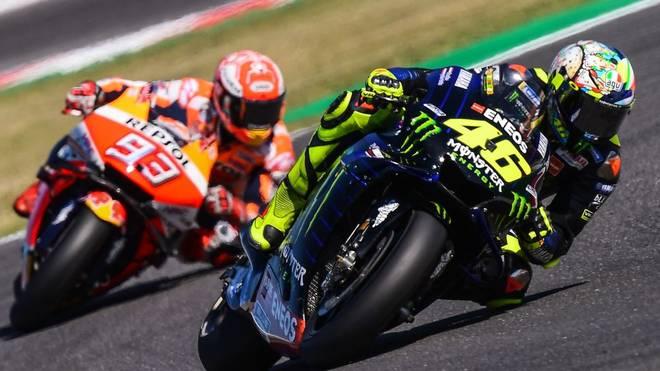 Valentino Rossi (r.) und Marc Marquez treten in einem virtuellen Rennen gegeneinander an