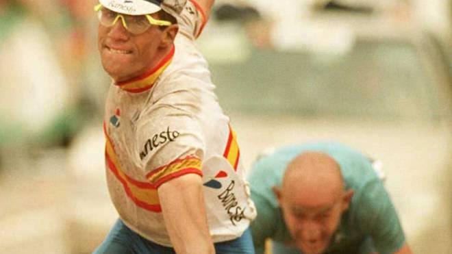 Miguel Indurain (l.) setzt sich im Zielsprint gegen Marco Pantani (r.) durch