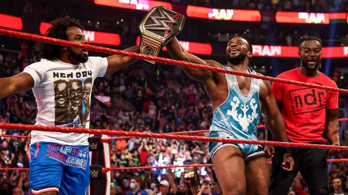 Big E (m.) feiert den WWE-Titelgewinn mit Xavier Woods (l.) und Kofi Kingston (r.)