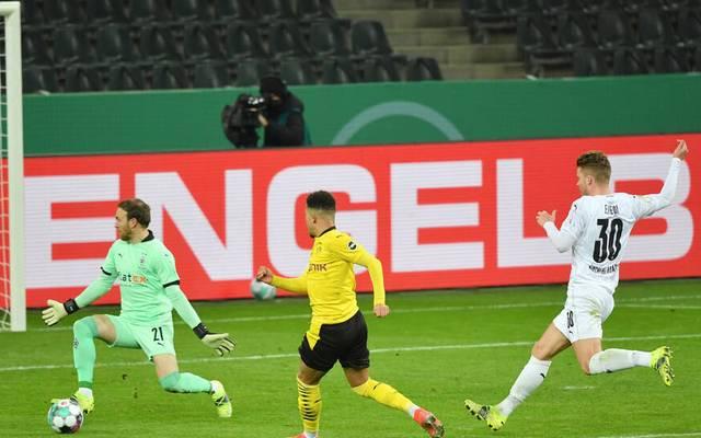 Jadon Sancho (Borussia Dortmund), mi., erzielt das Tor zum 0:1
