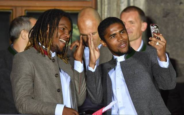Douglas Costa feierte mit Renato Sanches (l.) einst die Meisterschaft auf dem Rathaus-Balkon