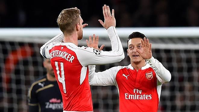 Mesut Özil (rechts) und Per Mertesacker spielten zusammen für Arsenal