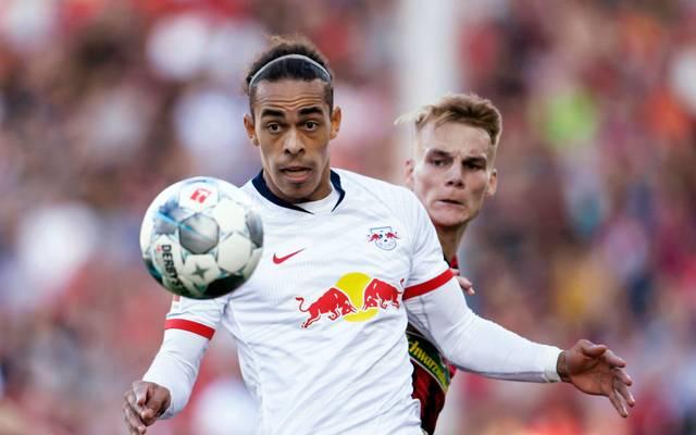 Yussuf Poulsen (l.) und RB Leipzig empfangen Philipp Lienhart und den SC Freiburg am Samstag vor leeren Rängen