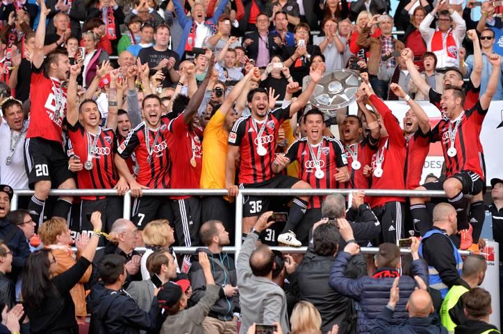 Feier frei! Der FC Ingolstadt sichert sich am 33. Spieltag der 2. Bundesliga den Aufstieg und gleichzeitig auch die Meisterschaft. Beides ein Novum in der Vereinsgeschichte - entsprechend heiß ist die Party auf dem Rasen. SPORT1 zeigt die besten Bilder