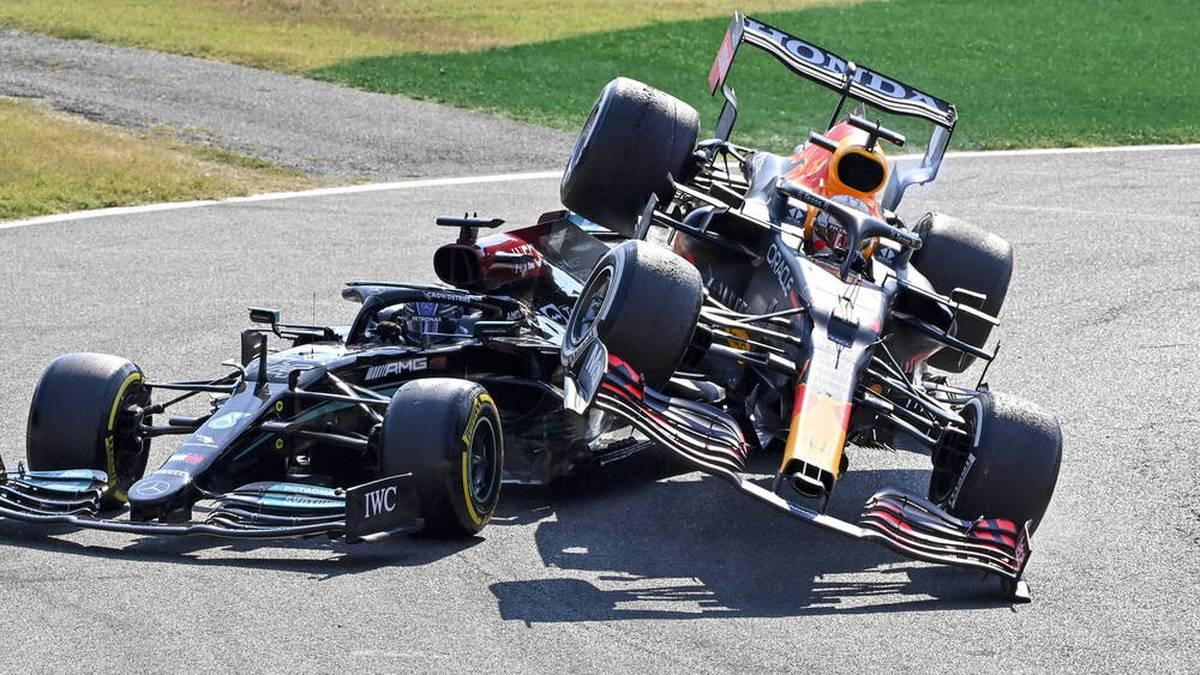 Max Verstappens Red Bull (r.) wurde beim Kontakt mit Lewis Hamiltons Mercedes ausgehebelt und landete letztlich auf dem Silberpfeil