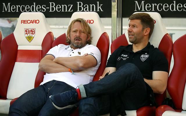 Sven Mislintat (l.) und Thomas Hitzlsperger suchen beim VfB Stuttgart einen Nachfolger für Tim Walter