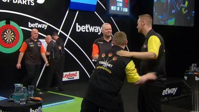 Martin Schindler und Max Hopp zogen beim World Cup of Darts gegen Michael van Gerwen und Raymond van Barneveld den Kürzeren