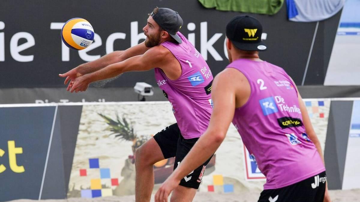 """MANUEL HARMS / RICHARD PEEMÜLLER: Die sogenannten """"Bounce Brothers"""" sind im Sand immer für Spektakel gut. Ihr Trainer betreut bei den Frauen auch die Overländer-Zwillinge"""