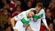 Daniel Caligiuri und Bas Dost jubeln in den aktuellen Wolfsburger Trikots