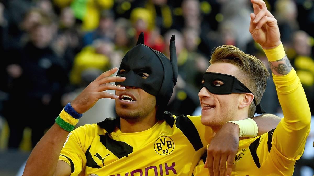 Pierre-Emerick Aubameyang und Marco Reus jubeln als Batman und Robin