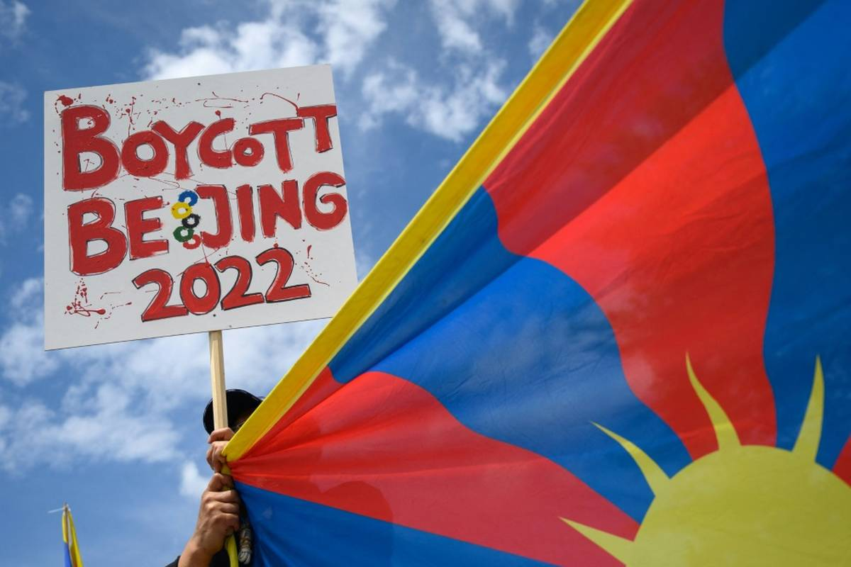 Zwei der drei Protestierenden, die bei der Entzündung der Olympischen Flamme für Aufsehen sorgten, haben zum Boykott der Winterspiele aufgerufen.