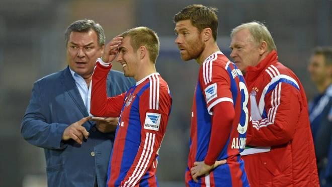 Trainer Waldemar Hartmann bei einem Spiel der Paulaner Traumelf mit Philipp Lahm und Xabi Alonso